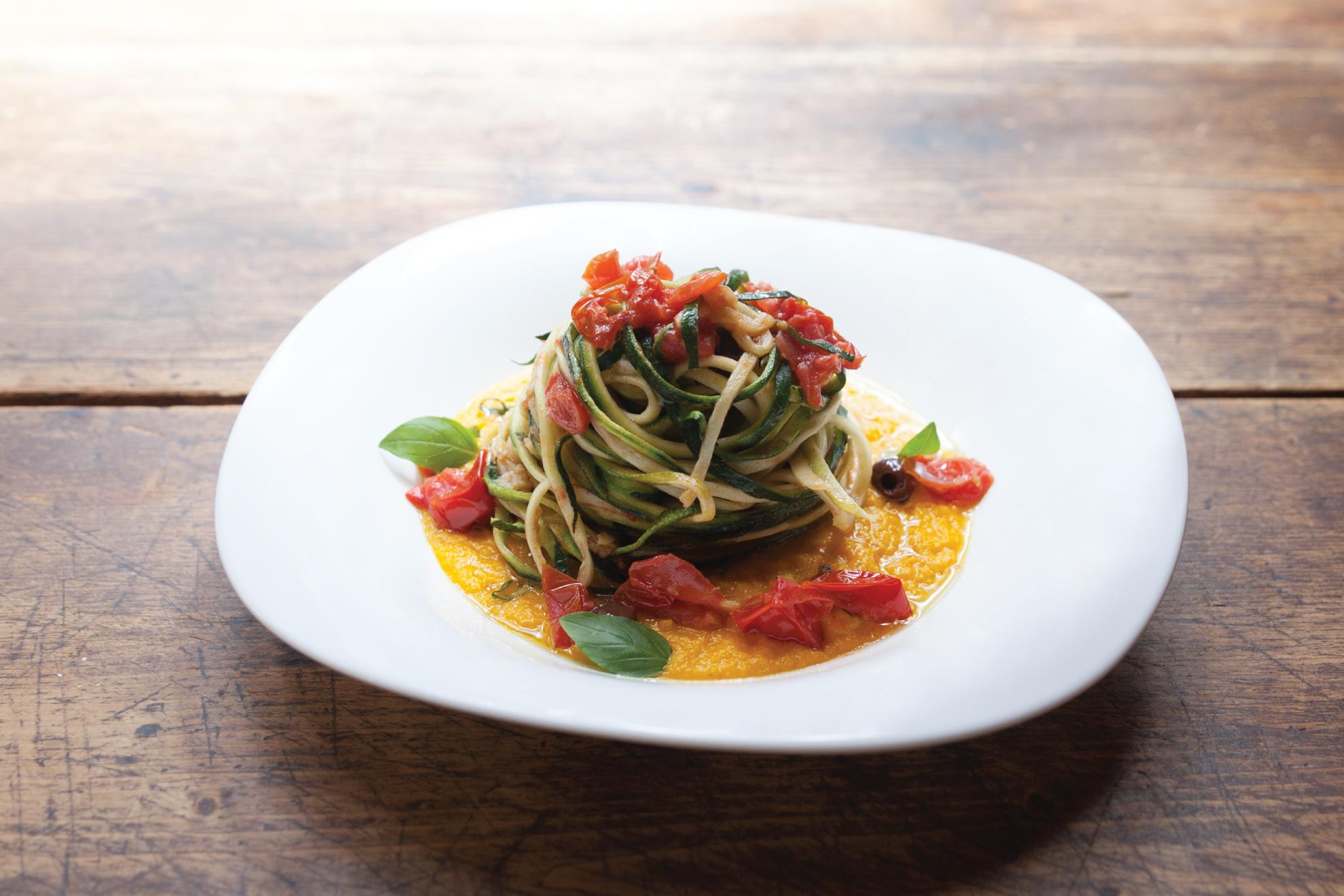 Spaghetti di carote con pomodorini, olive taggiasche su vellutata di brocc